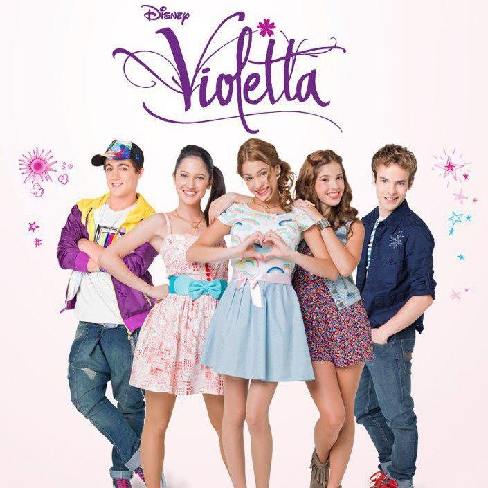 Violetta es una adolescente que perdió a su madre cuando era niña y